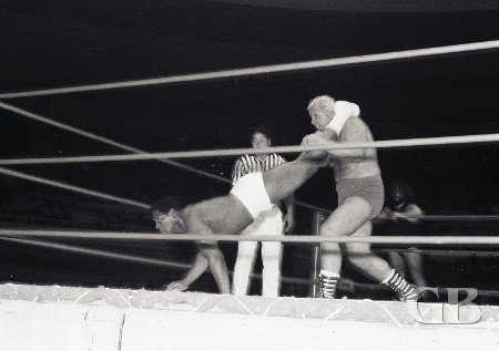 Eddie Morro applies the leg scissors to Steve Stanlee.