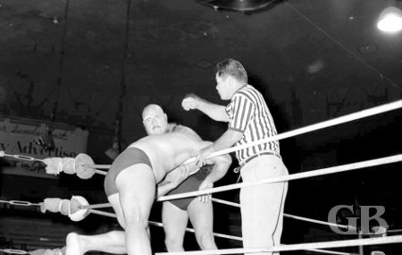 Maurice Vachon strangles Jimmy Snuka over the ropes