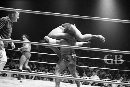 Maivia about to Body Slam Curtis Iaukea.