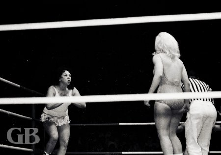 A careful Joyce Grable confronts The Fabulous Moolah in the corner.