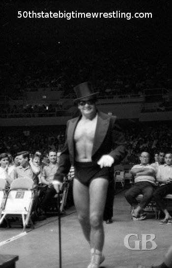 A dandy looking Maurice struts down to the ring.