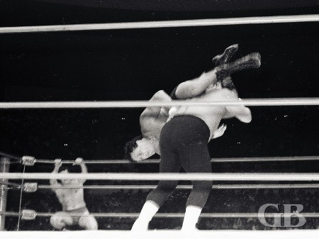 Johnny Barend applies the flying leg scissors on Collins.