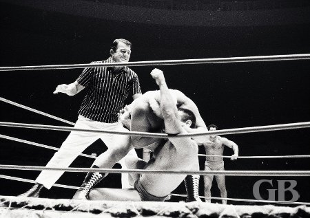 Ripper Collins bites Pepper Gomez as referee Pete Peterson tries to restore order.