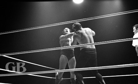 Dutch Schultz applies a punishing arm bar on Barend.