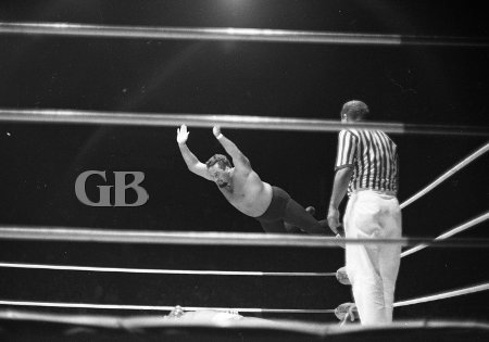 Curtis gets even with a Big Splash off the turnbuckle.