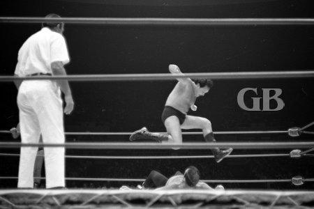 Barend lands a knee drop onto a prone Schultz.