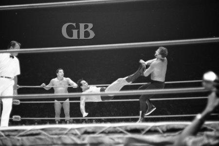 Barend lands a drop kick on Schultz.