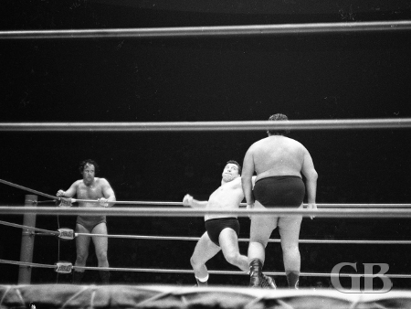 Jim Hady winds up to deliver a smash to Curtis Iaukea as Barend watches from the corner.